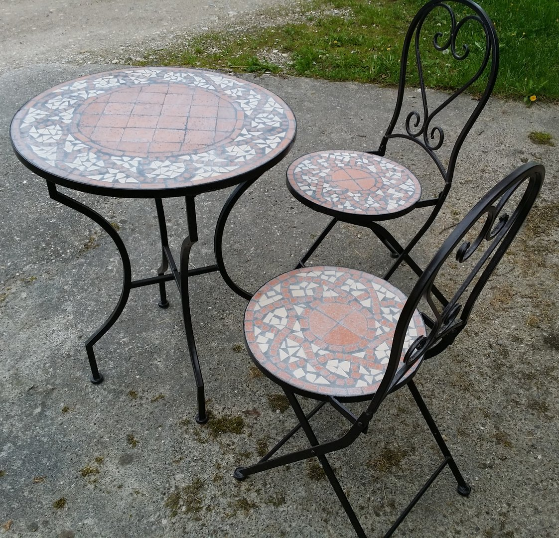 mosaiktisch mit 2 stühlen