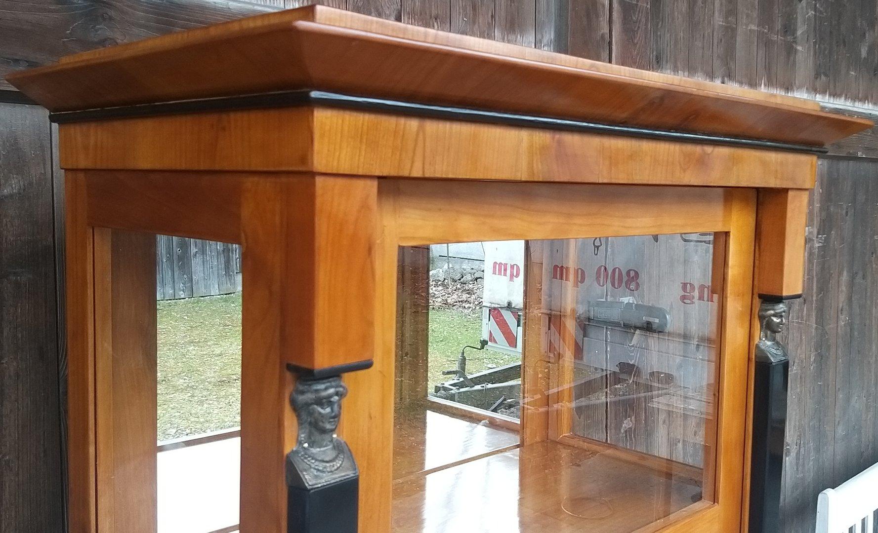 empire vitrine biedermeier art vitrine mit frauenkopf s ulen antik m bel antiquit ten alling. Black Bedroom Furniture Sets. Home Design Ideas