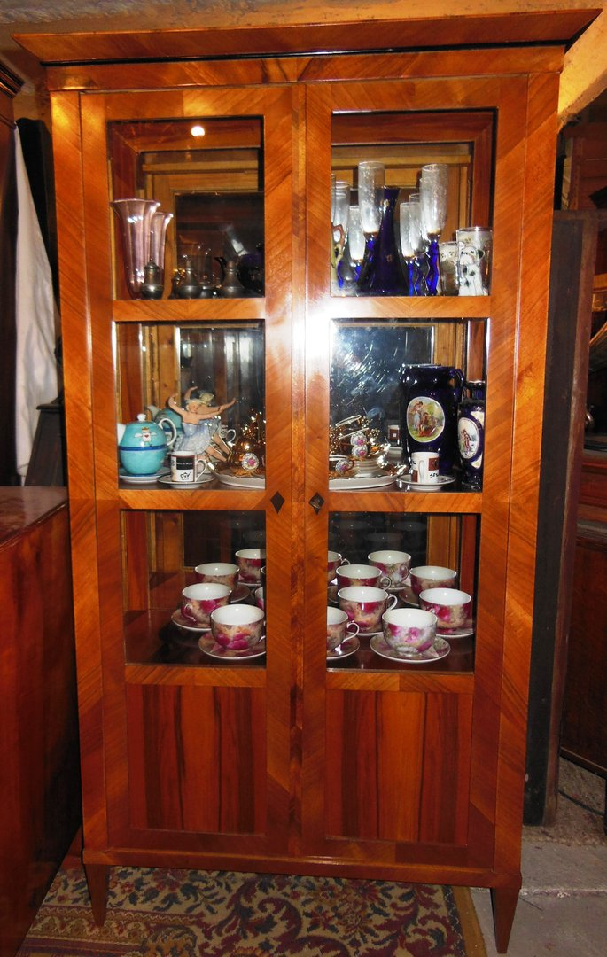 nussbaum vitrine nussbaum furniert im biedermeier stil antik m bel antiquit ten alling bei. Black Bedroom Furniture Sets. Home Design Ideas