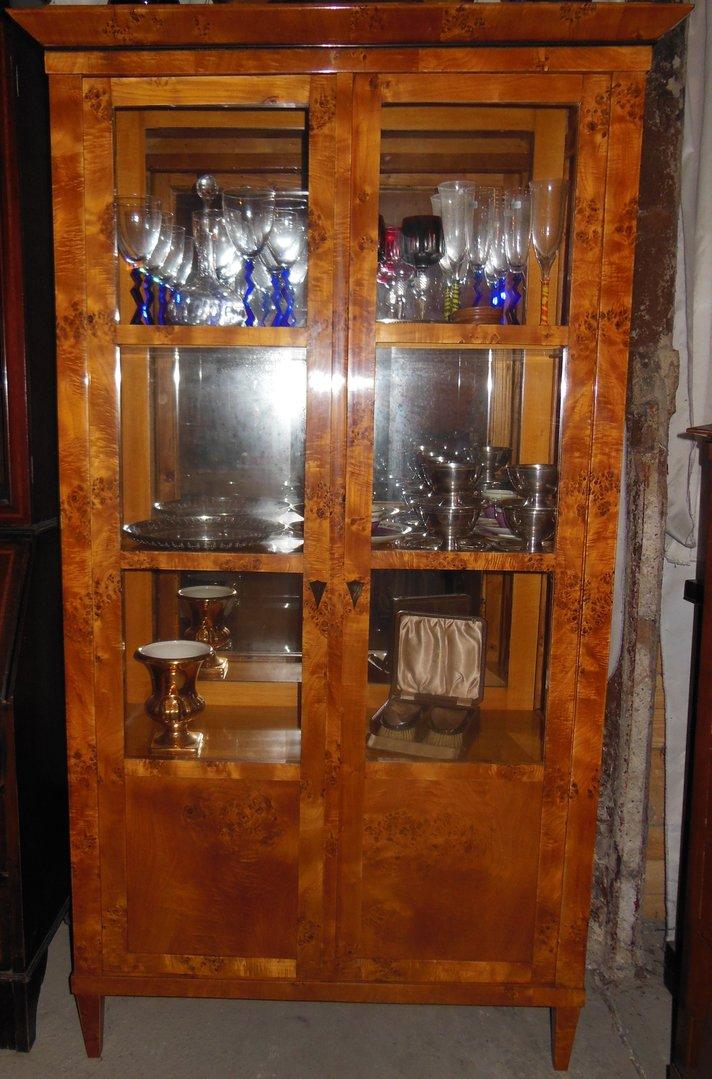 biedermeier stil vitrine zweit rige ahorn furniert verspiegelte vitrine biedermeier art antik. Black Bedroom Furniture Sets. Home Design Ideas
