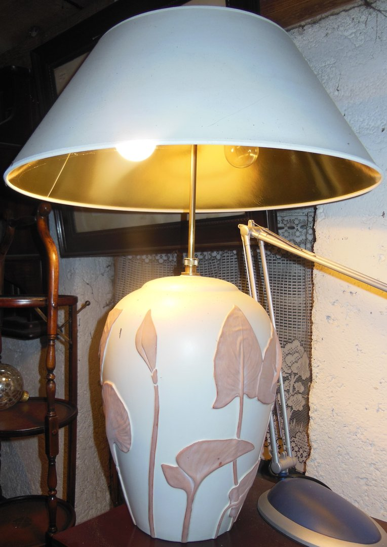 gro e lampe in jugendstil art ton lampe mit wei goldenem schirm antike m bel und beschl ge. Black Bedroom Furniture Sets. Home Design Ideas