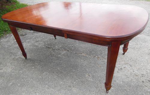 Englische Tische und Stühle